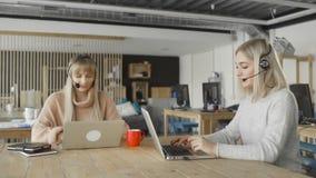 Medewerker van de klantenservice die met klant met hoofdtelefoons spreken stock videobeelden