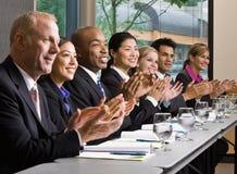 Medewerkers die bij lijst in conferentieruimte samenkomen Royalty-vrije Stock Foto's