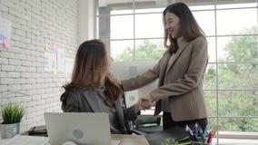 Medewerkers die een computer bekijken en over nieuw businessplan bespreken Commercieel team die aan computer in bureau samenwerke stock videobeelden
