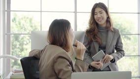 Medewerkers die een computer bekijken en over nieuw businessplan bespreken Commercieel team die aan computer in bureau samenwerke stock footage