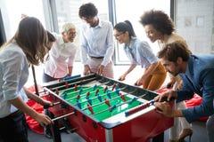 Medewerkers die lijstvoetbal op onderbreking van het werk spelen royalty-vrije stock fotografie