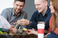 Medewerkers die van hun maaltijd genieten stock fotografie