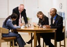 Medewerkers die vergadering in conferentieruimte hebben Royalty-vrije Stock Afbeeldingen