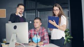 Medewerkers in een modern bureau die aan project in bedrijf werken stock footage