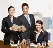 Medewerkers met administratie in conferentieruimte stock foto's