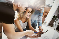 Medewerkers Team Modern Office Place De rekeningsmanagers werken Nieuwe Bedrijfsidee Startpresentatie Vrouw wat betreft Hand royalty-vrije stock fotografie