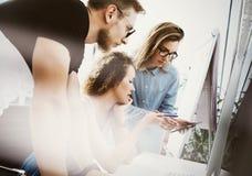 Medewerkers Team Working Office Studio Startup Zakenman Using Modern Tablet, de Houten Lijst van de Desktopmonitor Bankdirecteure stock afbeelding