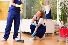 Medewerkers tijdens het schoonmaken royalty-vrije stock foto