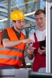 Medewerkers tijdens het werk in fabriek royalty-vrije stock foto