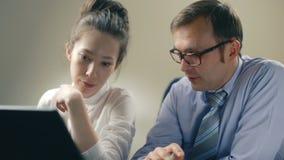 Medewerkersfoto in modern bureau Van het het teamwerk van de projectleider het nieuwe idee Jonge commerciële bemanning die met st stock footage