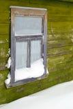 medf8ort gammalt snowfönster royaltyfria bilder