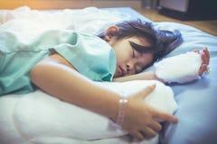 Medgav det asiatiska barnet för sjukdomen i sjukhus med saltdamiv-droppande på arkivbild
