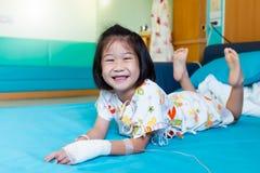 Medgav det asiatiska barnet f?r sjukdomen i sjukhus med salthaltigt intraven?st f?rest?ende arkivbilder