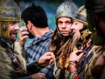 MEDGIDIA, RUMANIA - 6 DE MAYO DE 2017 Guerreros en el festival de la antigüedad de Dapyx - Medgidia de Dacian que actuales hábito Imágenes de archivo libres de regalías