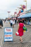 Medgivande för Coney Island gränsmärkemat på strandpromenad i Brooklyn royaltyfri fotografi