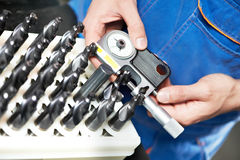 Medição com calibre de micrômetro Imagem de Stock Royalty Free