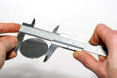 Medição com um compasso de calibre de deslizamento Fotos de Stock Royalty Free