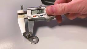Medição com um compasso de calibre de Digitas video estoque