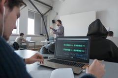 Media, animatieschool Sound-trackverwezenlijking Lezing bij muzikale instelling Muzikaal onderwijs Volwassenen bij masterclass stock foto