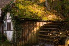 Media arquitectura de la rueda hidráulica del río del pueblo de la cabaña de la casa de la madera Foto de archivo