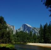 Media bóveda clásica, Yosemite foto de archivo