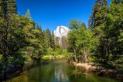 Media bóveda en el parque de Yosemite, California Fotos de archivo