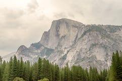 Media bóveda en el parque nacional de Yosemite, California Fotos de archivo