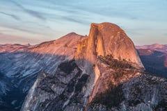 Media bóveda en la puesta del sol en Yosemite Fotos de archivo