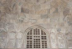 Media bóveda interior con la ventana defendida en Taj Mahal Foto de archivo