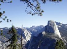 Media bóveda y el valle de Yosemite Foto de archivo libre de regalías