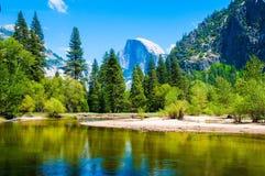 Media bóveda y parque nacional de Yosemite del río de Merced imagenes de archivo