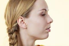 Media cara de la mujer con el pelo de la trenza Fotos de archivo libres de regalías