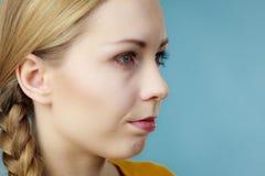 Media cara de la mujer con el pelo de la trenza Imágenes de archivo libres de regalías