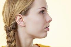 Media cara de la mujer con el pelo de la trenza Foto de archivo