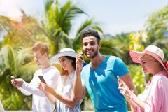 Media Communication social : Groupe des jeunes causant et faisant l'appel téléphonique par l'Internet dehors Photographie stock