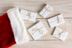Media de la Navidad con los presentes Fotografía de archivo