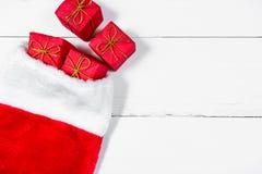 Media de la Navidad con los presentes que desarrollan foto de archivo libre de regalías