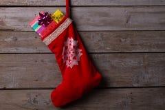 Media de la Navidad llenada de los regalos Fotos de archivo libres de regalías