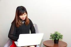 Media de observation de femme attentive dans un ordinateur portable photographie stock libre de droits
