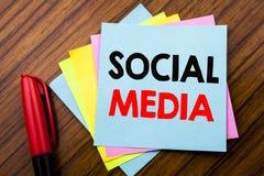 Media de Social des textes d'annonce d'écriture Concept pour le réseau Internet global écrit sur le papier de note collant de bât Photos libres de droits