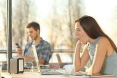 Media di sorveglianza sorpresi della donna in un computer portatile Immagini Stock