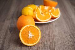 Media diapositiva de la naranja madura de la naturaleza fresca en la tabla de madera Foto de archivo libre de regalías