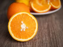 Media diapositiva de la naranja madura de la naturaleza fresca en la tabla de madera Imágenes de archivo libres de regalías