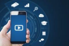 Media en ligne sur des dispositifs de téléphone portable, main tenant le téléphone intelligent mobile et les icônes en ligne d'ap images libres de droits