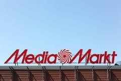 Media het embleem van Markt op een gebouw Stock Afbeeldingen