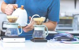 media longitud del barista que hace el filtro de café en café foto de archivo libre de regalías
