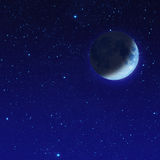 media luna azul con la estrella en el cielo nocturno Foto de archivo libre de regalías