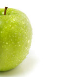 Media manzana verde fresca con gotas del agua Imagen de archivo libre de regalías