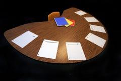 Media mesa redonda con la pluma de papel imágenes de archivo libres de regalías