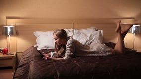 Media muchacha desnuda joven atractiva que miente en la cama almacen de video